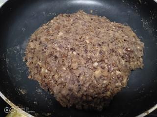 山药豆沙糕,炒至水分蒸发,豆沙抱团。