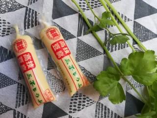 玉子豆腐酿虾仁,将<a style='color:red;display:inline-block;' href='/shicai/ 9342/'>玉子豆腐</a><a style='color:red;display:inline-block;' href='/shicai/ 125/'>芹菜</a>准备好