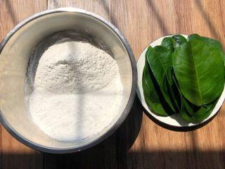 野菜团子,糯米粉350克,粳米粉150克混合在一起,柚子叶剪掉头尾,清洗干净待用。