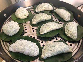 野菜团子,蒸锅放入适量水烧开,放上蒸屉,把包好的野菜团子放到蒸屉上,盖上锅盖,中火蒸20分钟即可。