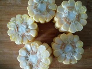 玉米山药胡萝卜排骨汤,玉米切段