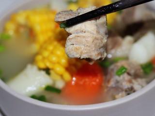 玉米山药胡萝卜排骨汤,吃块排骨