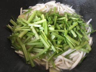 芹菜杏鲍菇炒鸡蛋,放入芹菜。