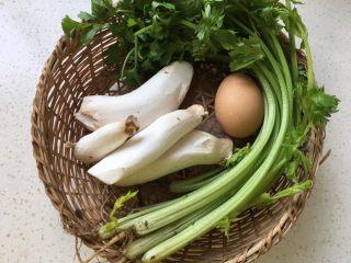 芹菜杏鲍菇炒鸡蛋,准备食材。