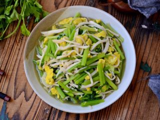 芹菜杏鲍菇炒鸡蛋,翻炒出锅。