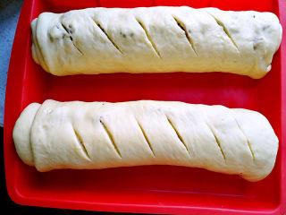 大列巴,二发至两倍大,在面包坯上割几道