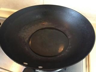 卷心菜香肠炒面,锅中倒入适量的油。