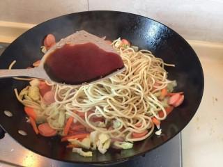 卷心菜香肠炒面,加入一大勺生抽。