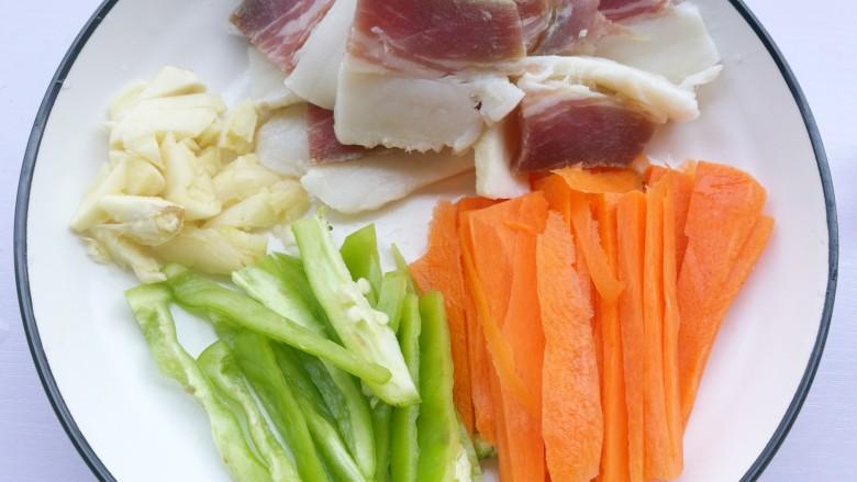 花生芽炒腊肉 把春天吃到嘴里,肉切片,青椒、胡萝卜切片,大蒜拍扁切碎。
