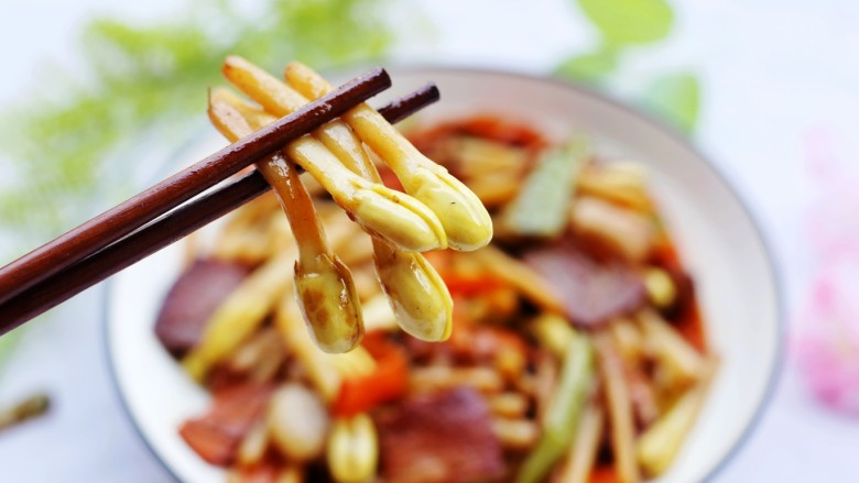 花生芽炒腊肉 把春天吃到嘴里,开吃喽。