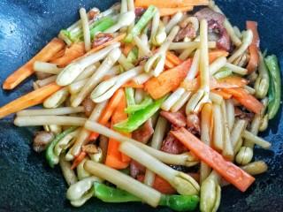 花生芽炒腊肉 把春天吃到嘴里,翻炒均匀。