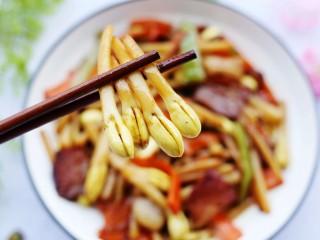 花生芽炒腊肉 把春天吃到嘴里,来一口。