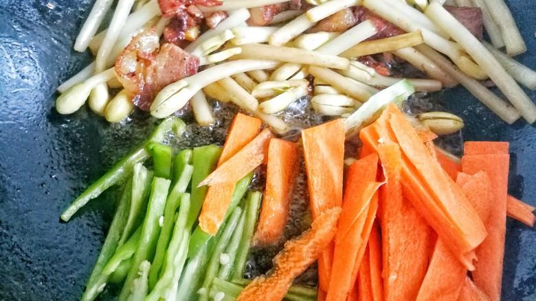 花生芽炒腊肉 把春天吃到嘴里,加入胡萝卜,辣椒翻炒。