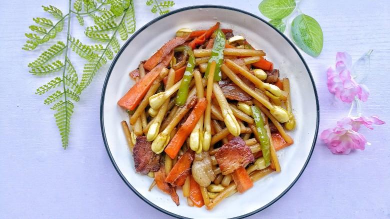 花生芽炒腊肉 把春天吃到嘴里,出锅装盘。