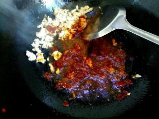 肉沫香辣面,把肉沫铲到一边,放入一勺郫县豆瓣酱炒出红油