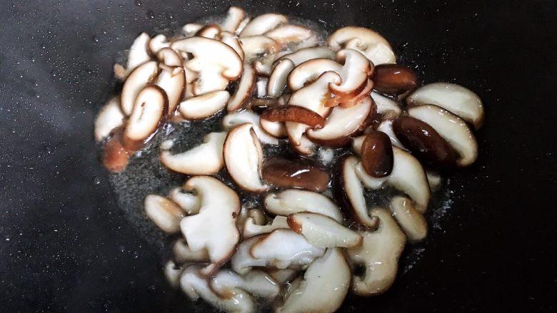 小米椒鲜香菇炒菜花,翻炒30秒