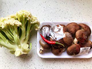 小米椒鲜香菇炒菜花,首先我们准备好所有食材