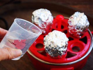 琥珀鸡蛋,往快速蒸蛋器的发热盘里倒入1小量杯的水。