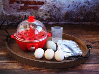 琥珀鸡蛋,准备好主要食材鸡蛋3只,松花蛋1只。 辅助工具:快速煮蛋器,锡纸,筷子,水。