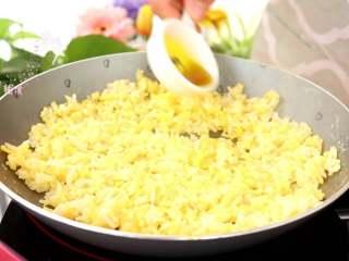 牛油果蛋炒饭,倒入4g食用油,继续翻炒至鸡蛋熟透即可  tips:食用油一般有菜籽油、橄榄油、玉米油、核桃油、牛油果油,其中核桃油不建议高温烹饪