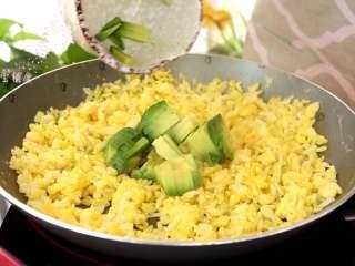 牛油果蛋炒饭,炒熟鸡蛋后,倒入牛油果碎,继续翻炒1分钟出锅,就可以给宝宝食用了呢!1岁以上的宝宝可以适当加一点盐来调味。