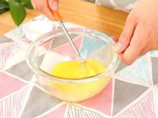 牛油果蛋炒饭,将鸡蛋打散开
