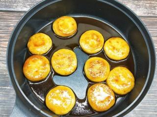 糖油糍粑,小火煨煮糖水黏稠,均匀的包裹在小饼上