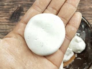 糖油糍粑,搓圆压扁