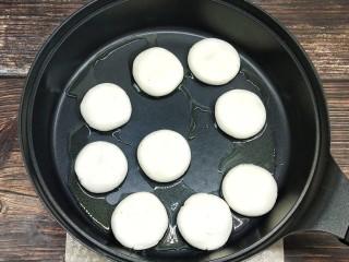 糖油糍粑,放入倒过少许油的平底锅中