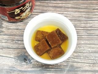 糖油糍粑,红糖用开水化开