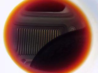 涝汁凉拌金针菇,放入涝汁、糖、蚝油、一品鲜酱油添加少许清水拌匀