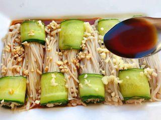涝汁凉拌金针菇,将调好的料汁均匀的淋在金针菇上