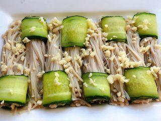 涝汁凉拌金针菇,黄瓜片将金针菇卷起来撒上碎粒
