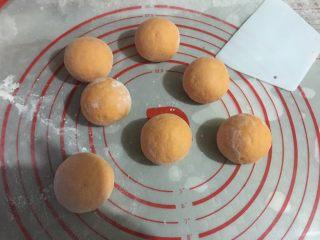 仿真橘子馒头,发酵好取出排气,分成约45g左右一份的小面团揉匀