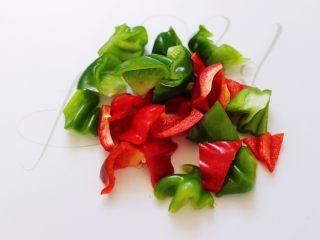 时蔬烩虾球,青椒和红椒洗净后用刀切块。