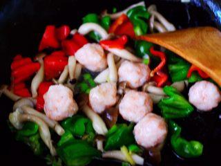 时蔬烩虾球,再放入煮熟的虾球。