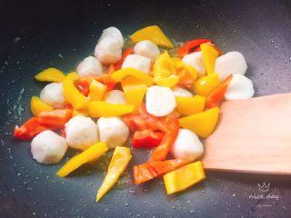 蔬烩虾丸,加入虾丸,虾丸为了更快入味 ,对半切