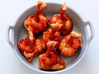 香辣烤鸡锤,把所有的调料食材抓拌均匀,腌制两小时小时左右。