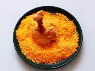 香辣烤鸡锤,最后放入面包糠盘中,使鸡锤均匀沾满面包糠。
