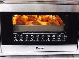 香辣烤鸡锤,上管190度,下管185度烤制25分钟即可(因为不同烤箱有所温差,所以具体温度及时间请根据自家烤箱性能另定)
