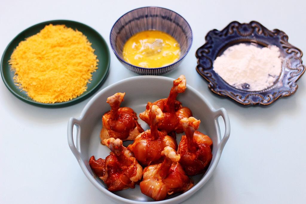 香辣烤鸡锤,鸡蛋打散,准备好面包糠,玉米淀粉。</p> <p>