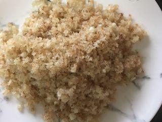 椒盐掌中宝,炒至金黄后捞出备用