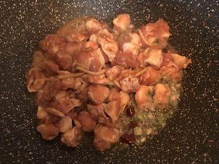 椒盐掌中宝,倒入腌制好的掌中宝翻炒至熟