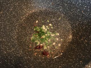 椒盐掌中宝,倒入葱花、干辣椒爆香