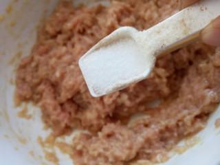 咖喱丸子,盐拌匀