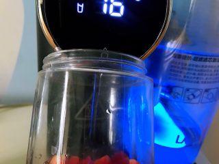胡萝卜西红柿汁,榨汁机中加入净化过的矿泉水,我用的是16度的水,打开直饮机直接加水进去,安全卫生。