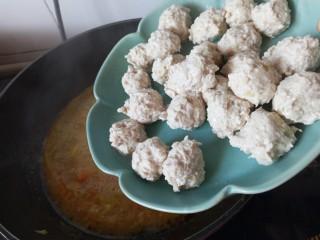 咖喱丸子,煮到土豆软糯,放入肉丸