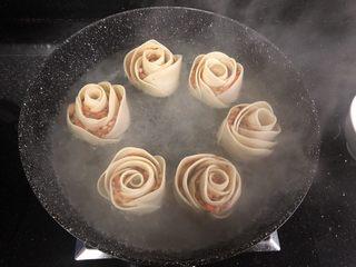 玫瑰花🌹饺子,加入适量开水,开水的量能没到饺子一半即可。盖上锅盖小火炖煮。