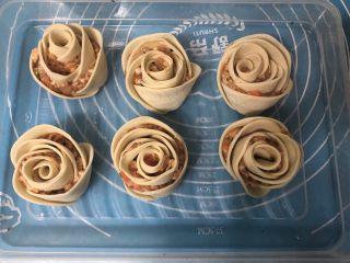 玫瑰花🌹饺子,把所有的玫瑰花饺子全部做好,可略调整下形状。