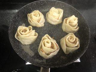 玫瑰花🌹饺子,煮至锅里的水没有了之后再小火煎一会就可以了!